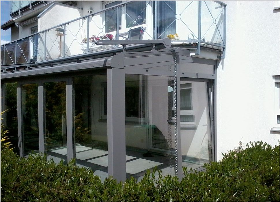 Aluminium Wintergarten an Balkonplatte angeschlossen und mit Parallelschiebekipptüren und Wintergartenmarkise in Dauchingen ausgeführt