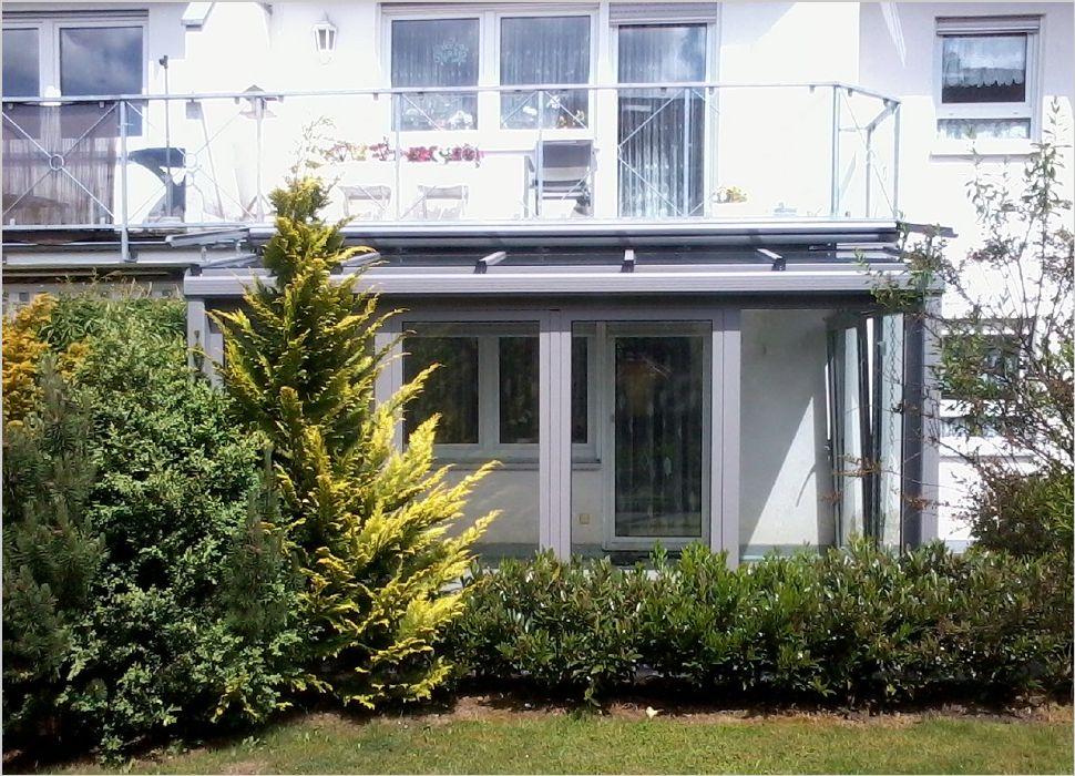 Aluminium Wintergarten in der Frontansicht an Balkon angeschlossen und mit Parallelschiebekipptüren und Markise in Dauchingen ausgeführt
