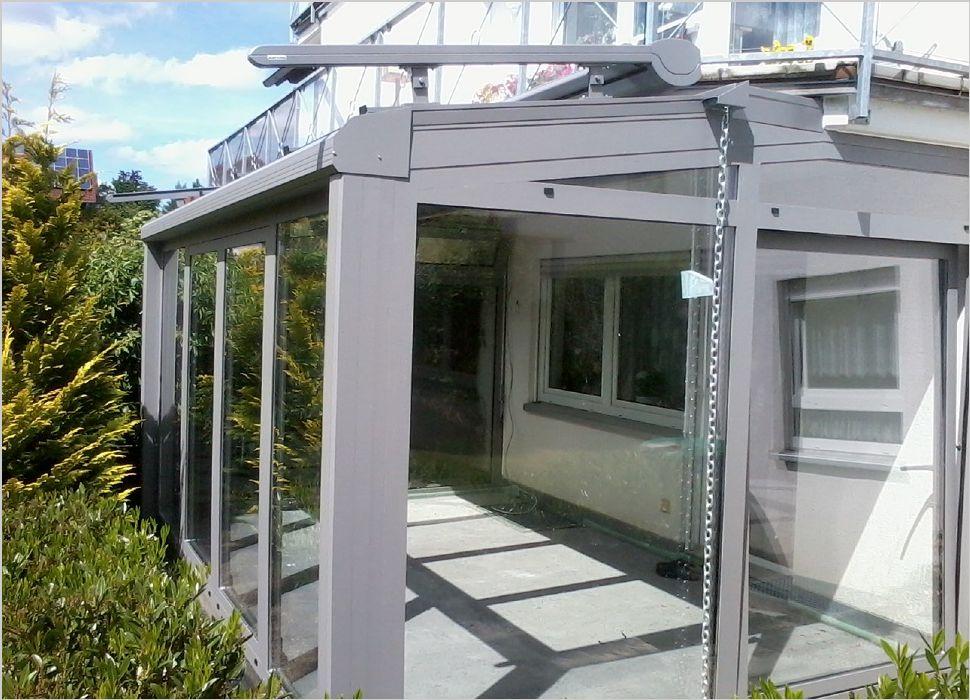 Aluminium Wintergarten an Balkonplatte angeschlossen und mit Parallelschiebekipptüren und Markise in Dauchingen ausgeführt