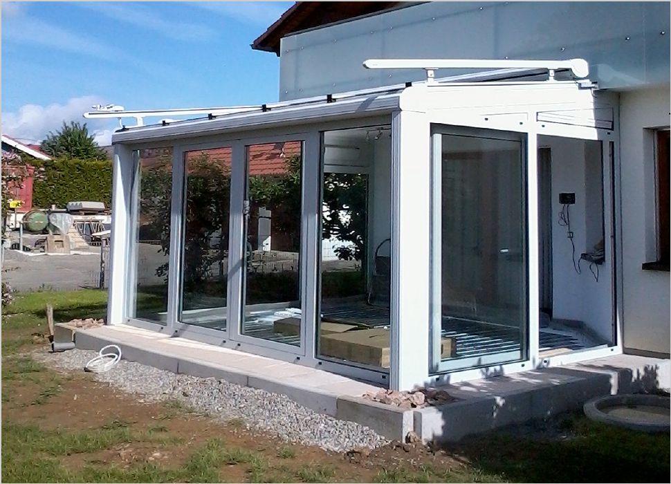 Aluminium Wintergarten an Balkonplatte angeschlossen und mit Parallelschiebekipptüren und Markise ausgeführt